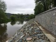 Ochranná nábřežní zeď vč. nově opevněného břehu pod ní chrání levý břeh Sázavy před stoletou vodou
