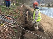 Odborná práce na kořenovém systému lipové aleje na levém břehu – před zahájením vlastních zemních prací byly kořeny obnaženy za pomoci speciální vzduchové trysky a ručního výkopu