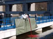 Aplikace stopavací látky do vodního toku Vltavy