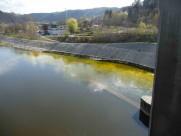 Zbarvení vody ve Vltavě pod místem aplikace